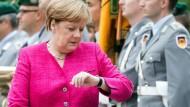 Was sagt die Uhr? Angela Merkel in diesem Sommer in Spanien