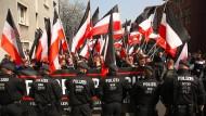 Polizisten bei einer Demonstration von Rechtsextremisten in der Dortmunder Innenstadt im April 2018.