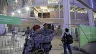 Brasilianische Polizisten überwachen die Schwimmhalle der Spiele.