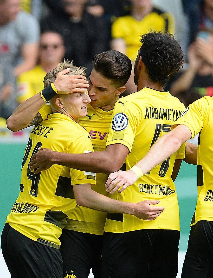 Der Torschütze Marc Bartra bejubelt sein Tor mit seinen Kollegen.