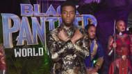 """Schauspieler Chadwick Boseman posiert bei der Weltpremiere von """"Black Panther"""" 2018 in Los Angeles."""
