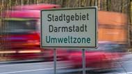 Ein Schild weist das Stadtgebiet Darmstadt als Umweltzone aus.