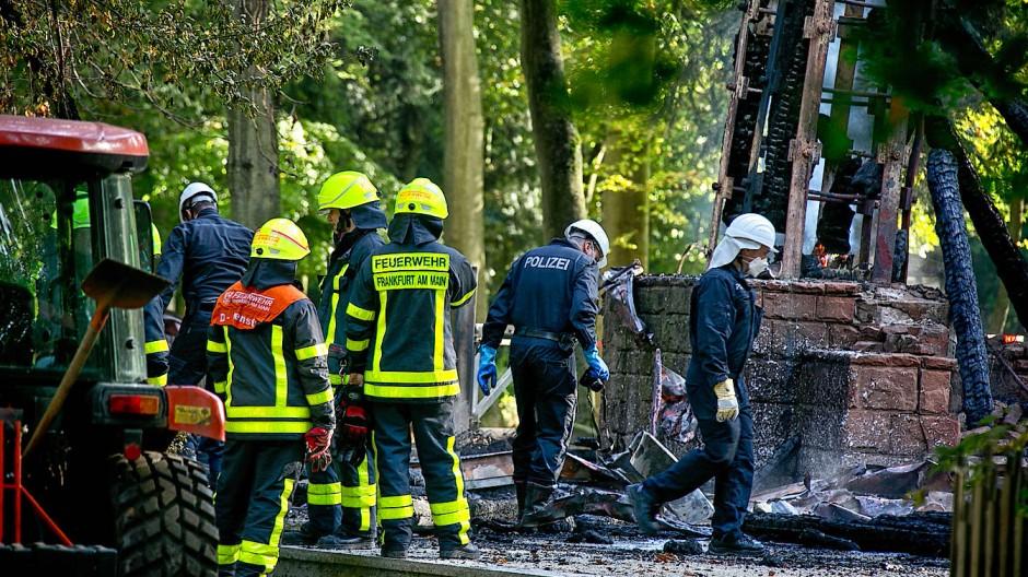"""""""Wir warten bis alles niedergebrannt ist"""", sagte Feuerwehrsprecher Thorsten Brückner am frühen Vormittag."""