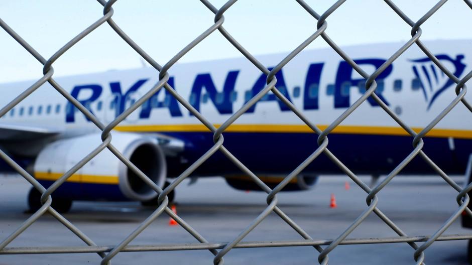 Eine Ryanair-Maschine steht auf einem Rollfeld (Symbolbild).