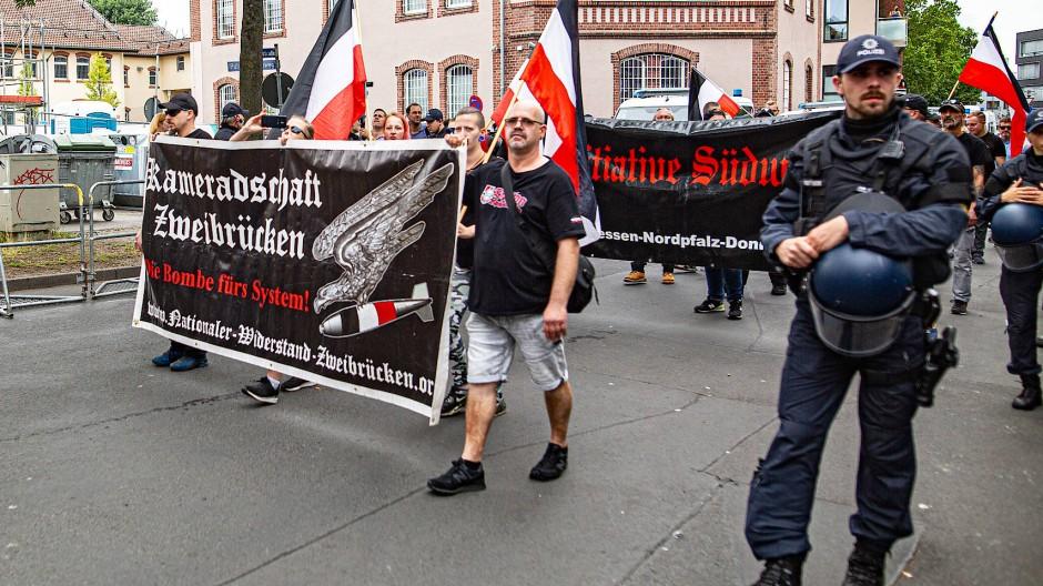 """Anhänger der """"Freien Kameradschaften"""" am 20. Juli 2019 in Kassel, wenige Wochen nach dem Mord an dem Regierungspräsidenten Walter Lübcke."""