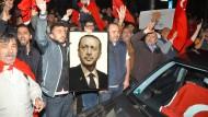 Erdogan-Anhänger feiern im Juli 2016 in Stuttgart die Niederschlagung des Putsch-Versuchs durch den türkischen Präsidenten