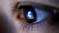 Im Auge des Nutzers: Facebook hat der Datenskandal bislang nicht geschadet.
