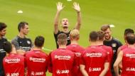 Nach oben strecken: Die Spieler von Bayer Leverkusen bekommen schon mal Anschauungsunterricht von Trainer Heiko Herrlich.