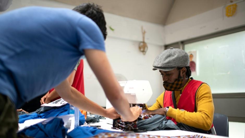 Asylbewerber designt Mode für Migranten in Paris