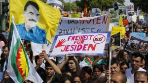 Tausende Yeziden demonstrieren in Bielefeld