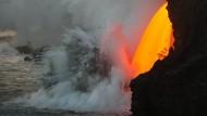 Naturspektakel: Glühender Wasserfall ins Meer