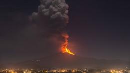 Ätna spuckt Lava Hunderte Meter in den Himmel