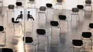 Stühle stehen mit ausreichend Abstand zueinander im Wartebereich des neuen Impfzentrums in der Halle der Arena Berlin.