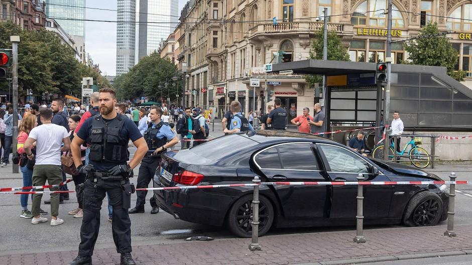 Das Fluchtauto: Mit diesem BMW versuchten die Täter zu entkommen, die Polizei stellte sie am Frankfurter Hauptbahnhof mit einem Schuss in den Reifen.