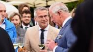 Angeregt: Winzer Reiner Flick erläutert Prinz Charles in Berlin den ökologischen Weinbau.