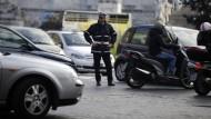 Ein italienischer Polizist auf den Straßen Roms, auf denen ab Montag ein teilweises Fahrverbot für Privatfahrzeuge gilt.