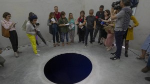 Mann hält Kunstwerk für optische Täuschung – und fällt hinein