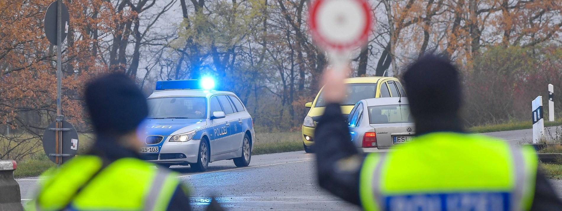 Polizei findet zufällig Waffen und Granaten  – Vier Festnahmen im Supermarkt