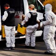 Ermittlungsbeamte stehen vor einem Haus in Dortmund. Dort soll ein 41-Jähriger seine Frau und seine drei Kinder getötet und sich anschließend das Leben genommen haben.