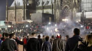 Fröhlich feiern auf der Kölner Domplatte