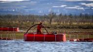 Ein Arbeiter ist nach dem Diesel-Leck bei Norilsk im Juni 2020 im Einsatz.