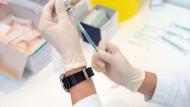 Vorbereitung der Corona-Impfung im Impfzentrum des Frankfurter Industrieparks Höchst.