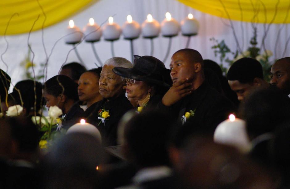 Trauer um den eigenen Sohn: Die Beerdigung von Makgatho Mandela im Januar 2005. Um seine Gebeine streiten sich nun Mandelas Verwandte.