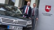 Die Politik mischt kräftig mit: Niedersachsens Ministerpräsident Stephan Weil (l.) und der neue Volkswagen-Chef Herbert Diess (Bild aus dem Jahr 2015)