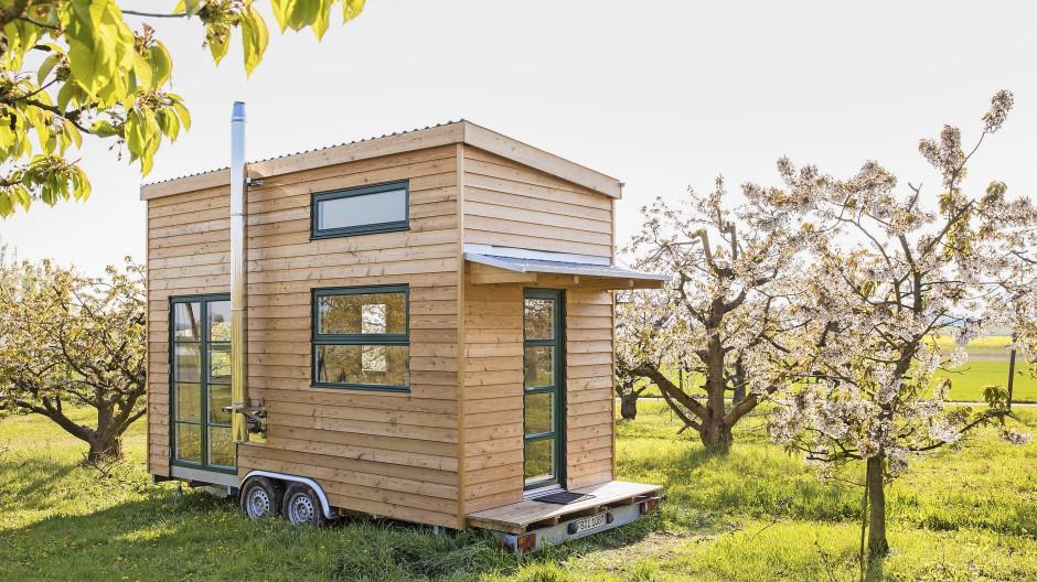 Ein Zuhause auf der Obstwiese: Tiny Houses sparen Fläche und Ressourcen. Die dünnen Wände gut und nachhaltig zu dämmen, ist aber nicht so einfach.