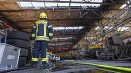 Großbrand einer Lagerhalle in Kassel – Drei Leichtverletzte bei Unfall