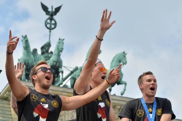 Troika vor Quadriga: WM-Gewinner Mario Götze mit Julian Draxler und Kevin Großkreutz