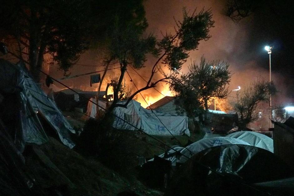 Von Bewohnern gelegte Brände im Flüchtlingslager Moria auf der griechischen Insel Lesbos