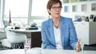Die CDU-Vorsitzende und Verteidigungsministerin Annegret Kramp-Karrenbauer während des Interviews in ihrem Arbeitszimmer in der Parteizentrale