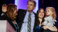 Sherrod Brown mit seiner Familie, nachdem er bei der Wahl sein Amt verteidigen konnte.