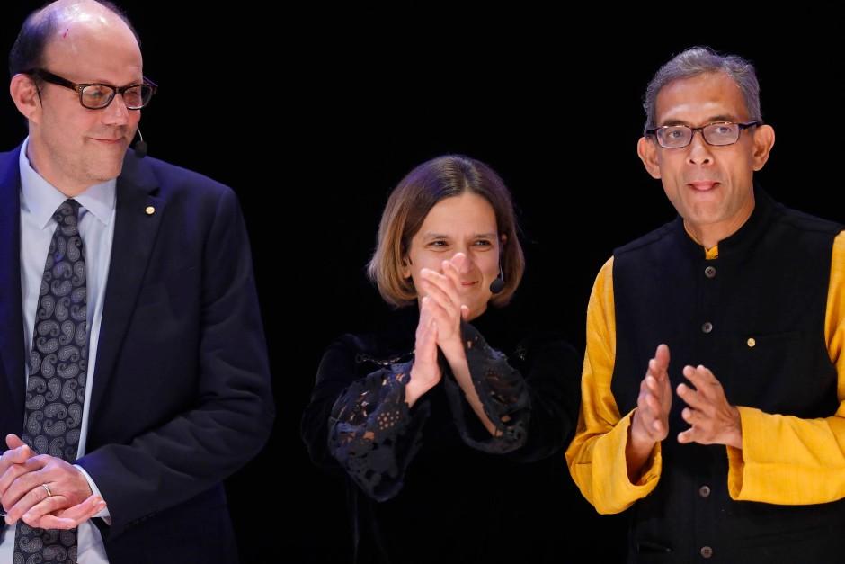 Die Gewinner des Nobelpreises für Wirtschaft 2019: Michael Kremer, Esther Duflo und Abhijit Banerjee (vlnr)