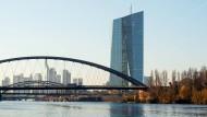 Blick auf den Main mit der Skyline Frankfurts, der Deutschherrenbrücke, dem Neubau der Europäischen Zentralbank (EZB) und der Osthafenmole.