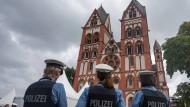 Auf diesem Archivbild kontrolliert die Polizei Gäste vor dem Dom zu Limburg anlässlich der Bischofsweihe und Amtseinführung von Georg Bätzing.