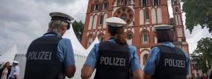 Polizisten vor dem Dom zu Limburg (Archivbild): Am Freitag hat es in der Stadt eine Massenschlägerei gegeben.