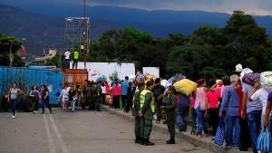 Tausende überwinden Grenze nach Kolumbien