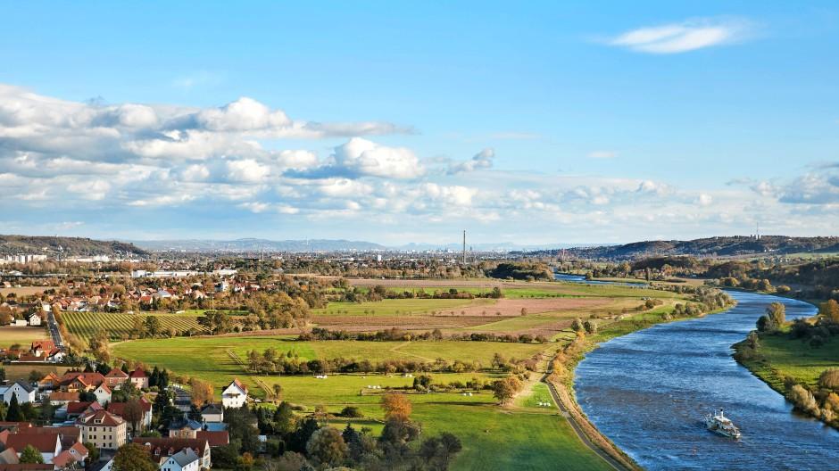 Blick auf den Überschwemmungsraum der Elbe: Links hinter dem geriffelten Feld liegt Brockwitz.