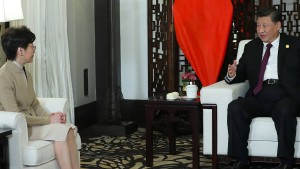 """Xi spricht Hongkongs Regierungschefin """"großes Vertrauen"""" aus"""
