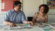 """Aufklärer: Hani Harb und Rita Bariche arbeiten bei der Flüchtlings-Zeitung """"Abwab"""" mit. Zu Gast in der F.A.Z.-Redaktion erläutern sie Inhalte und Ziele ihres Blattes."""