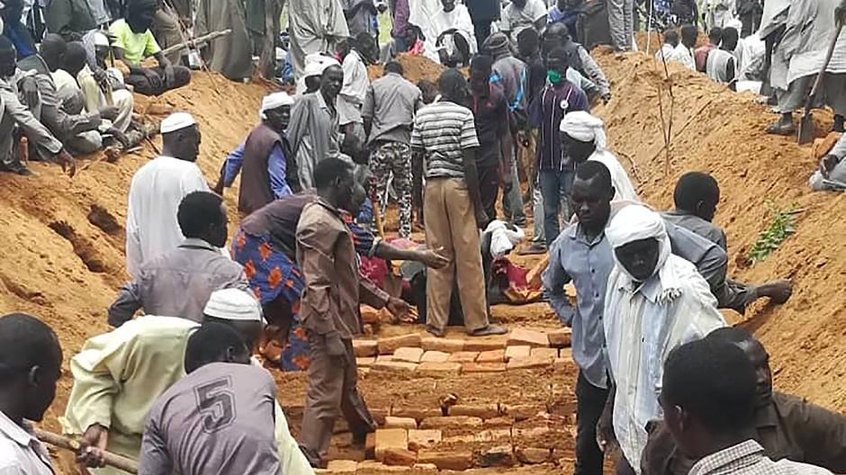 Das Massengrab für sechzig Ermordete im Dorf Masteri in West-Darfur.