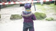 Alleine spielen: Kleinkind im ersten Lockdown im März in Hamburg