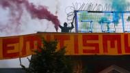 Linke Aktivisten während des G-20-Gipfels Anfang Juli auf dem Dach des Autonomen Zentrums Rote Flora in Hamburg