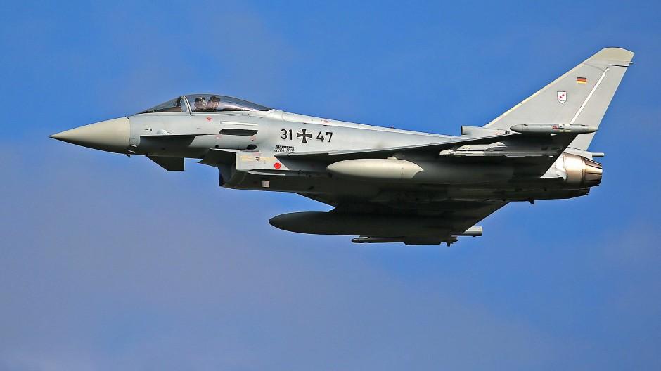 Ein Eurofighter des Taktischen Luftwaffengeschwaders 31 fliegt eine Übung.