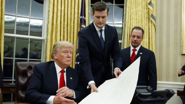 Vorwürfe häuslicher Gewalt: Trump verliert engen Mitarbeiter