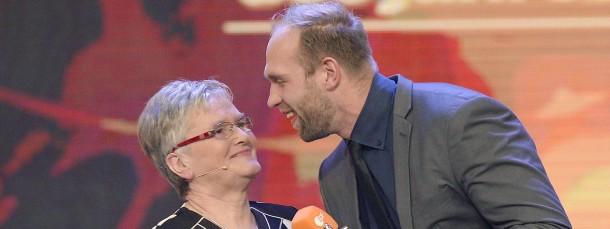 Robert Harting bekam die Trophäe von seiner Oma Renate Seidel überreicht