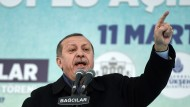 Als Reaktion auf die abgesagten Ministerauftritte verweigert die Türkei unter Präsident Erdogan niederländischen Diplomaten nun die Einreise.