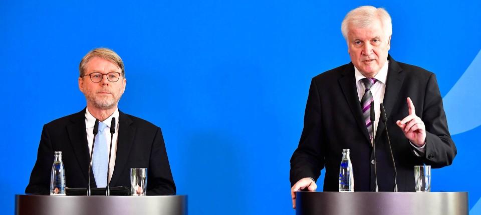 Innenminister Seehofer mit Bamf-Chef Sommer (li) versprach Aufklärung im Bamf-Skandal. Nun liegt der Bericht des Bundesrechnungshofs vor (Archivbild).